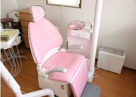 診療チェアです。可愛らしいピンク色のチェアを使用しております。