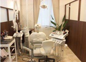 診療室です。整理整頓されていて、清潔感に溢れています。