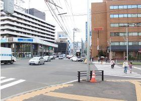 7番出口を出ると大きな交差点があるので、右に曲がります。