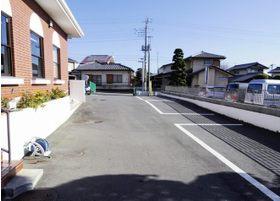 8台まで駐車可能なスペースが敷地内にあります。