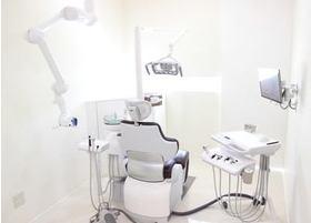 診療室です。真っ白な作りで清潔感があります。