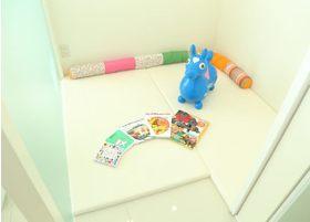 キッズスペースです。柔らかなマットの上にたくさんのおもちゃが用意されております。