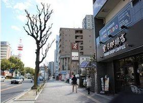 星乃珈琲店と酒屋のかしわやの前を通りすぐの路地を右に曲がります。