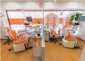 診療室内は清潔に保っております。大きな診療室では、パーテーションで仕切りを設け、他の患者様が気にならない工夫を行っております。