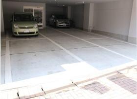 医院の一階が駐車場になっております。