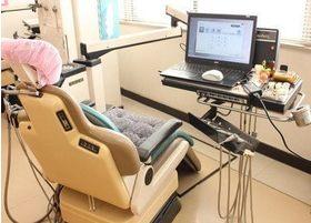 診療スペースです。モニター画面が付属されています。