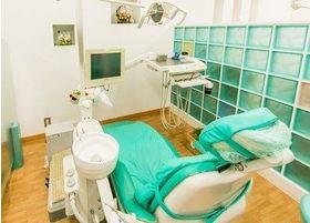 衛生面にも配慮した清潔感を心がけている診察台です