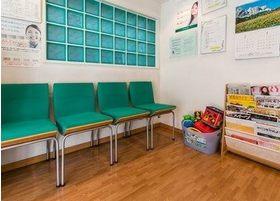 診療前後はこちらのソファーでお待ちください。