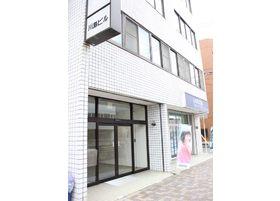 医院は、川島ビルの4階です。