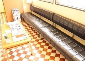 待合室です。こちらにおかけになってお待ちください。