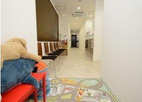 待合室にはキッズスペースも設置しております。
