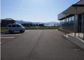 広々とした駐車スペースをご用意しております。