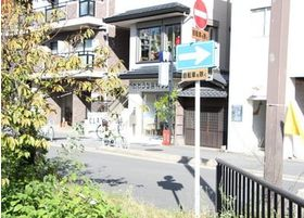 京都の風情と活気あふれる町中にある「おおうち歯科クリニック」です。二条城前駅から徒歩6分、仕事帰りなどでもご利用ください。