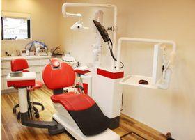 診療ユニットです。椅子の周りを広めに確保し、圧迫感のない空間で治療を受けていただけます。