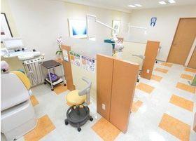 診療台は1台ずつ区切られております。プライバシーが気になる方でも、気兼ねなくご来院いただけます。