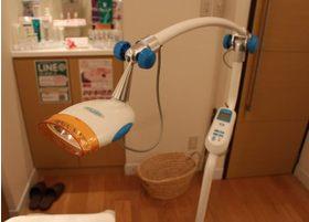 ホワイトニングに活用するLEDライトです。こちらを活用して施術を行います。