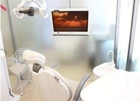 診療チェアにはモニターが付いています。