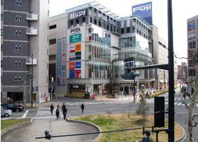 駅前通りを挟んだ医院の対面には、ショッピングセンターがあります。