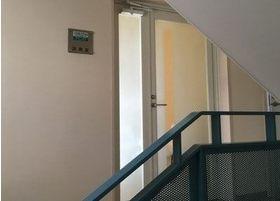 階段を上って頂くと白い扉が見えますので、こちらからお入りください。