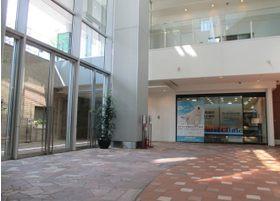 地下1階の開放的な入口です。