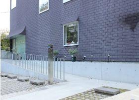 クリニック入口はスロープとなっているため、ベビーカーや車いすでもスムーズに院内へ入ることが出来ます。