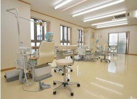 診療室は明るく広々とし、開放感があります。