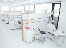 診療室です。パーティションを設けているため、人の目を気にせず治療をお受けいただけます。