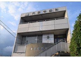 サニーマート六泉寺店の前にございます。