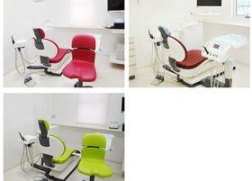 ユニットのカラーは赤、茶、緑で構成された、カラフルなバリエーションのチェアーを使用しています。