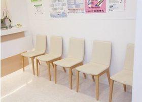 待合室です。リラックスしてお待ちいただける空間となっております。