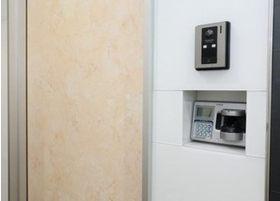 入り口にはインターホンがありますので、インターホンを押してお呼び出しください。