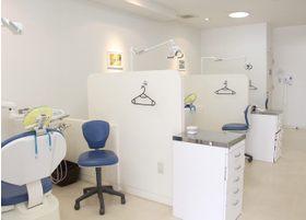 治療中に隣の患者さまが気にならないよう、壁で仕切っております