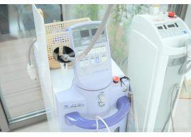 レーザー機器です。患者さまに負担の少ない治療が可能です。