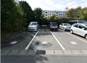 駐車場を医院から徒歩1分の所に完備しております(3台分) もう1台付近にございます。