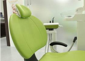 座っていても疲れにくい設計で、お子様も高齢の方にも安心の診療チェアです。