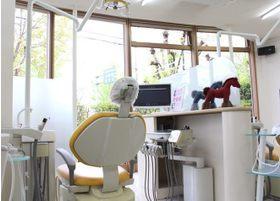 全面ガラス張りで開放的な診療室です