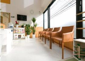 待合室です。椅子にお掛けになってお待ちください。