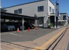 医院の横に駐車スペースがあります。