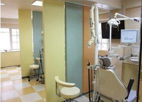 診療スペースは区切られているので、人目を気にせず治療を受けられます。
