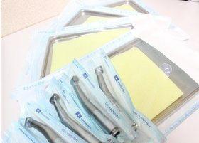 患者様へ使用する器具は、患者様毎にパックし滅菌したものを使用させていただいております。