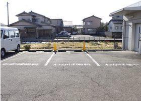 医院の裏には専用駐車場がございます。