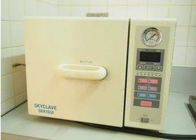 滅菌器を活用して、器具をしっかりと清潔に保っております。