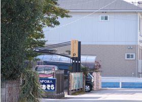 医院より20メートル先に別駐車場があります。