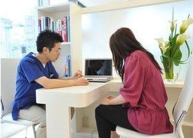 カウンセリングスペースにてモニター等を使用し、治療の相談や説明をおこないます。