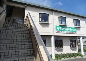 当院の外観です。こちらの階段から2階へお越しください。