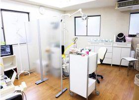 診療台の仕切りは半透明で明るい