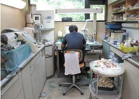 専属の技工士がいるため義歯(入れ歯)や補綴物(差し歯・銀歯)を院内でお作りすることができます。