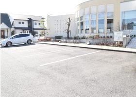広々とした駐車場で、ゆったり車を停められるスペースをお取しております。