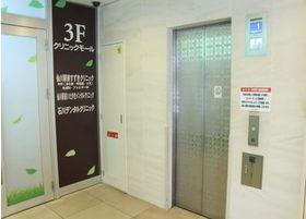 エレベーターにて3Fにお上がりください。