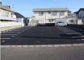 第3駐車場です。ゆったり17台完備。初心者、大型車でも安心して置けると好評です。